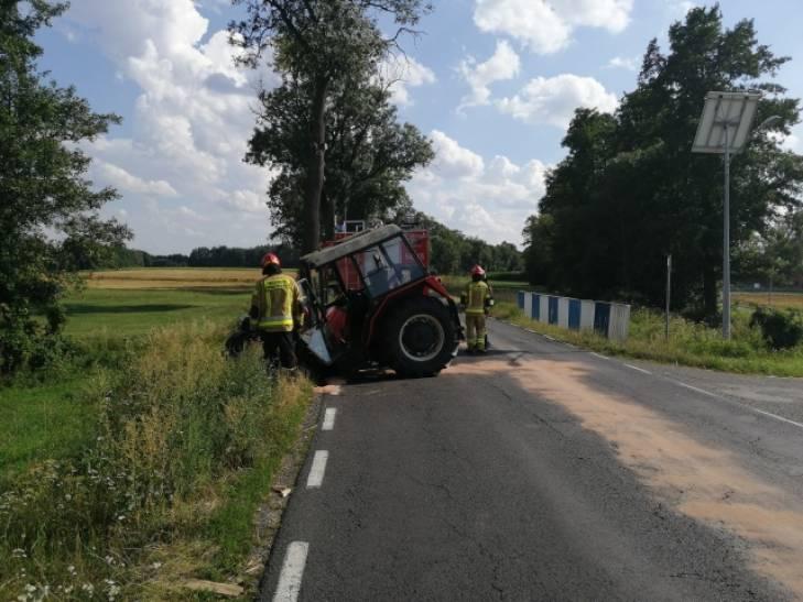Po zderzeniu z busem, ciągnik złamał się wpół