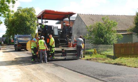 Kładą asfalt w Biskupicach Zabarycznych. Kierowcy muszą liczyć się z utrudnieniami