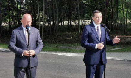 """Premier o otwarciu drogi w Pisarzowicach: """"W tej gminie widać jak wiele znaczą inwestycje lokalne""""."""