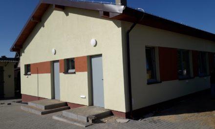 Prace w ramach rozbudowy z przebudową świetlicy wiejskiej w Mostkach (gm. Kobyla Góra) dobiegają końca