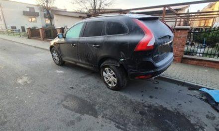Ostrzeszów: Uderzyła w zaparkowany samochód