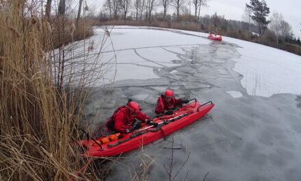Strażackie ćwiczenia na lodzie