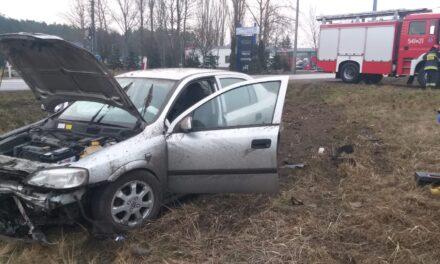 Ostrzeszów: Opel wypadł z drogi. Kierująca zasnęła za kierownicą