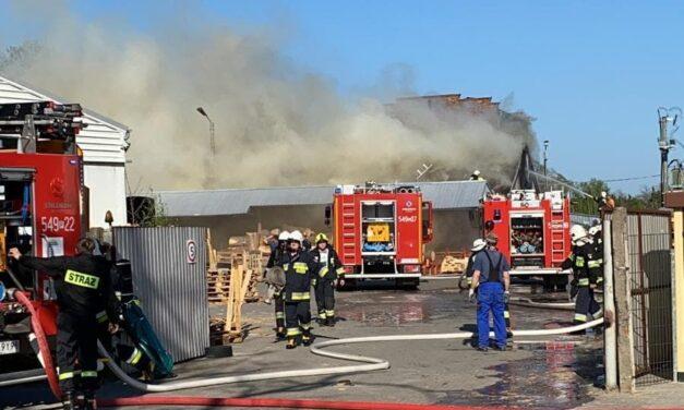 Pożar hali produkcyjnej. W akcji gaśniczej uczestniczy 11 zastępów