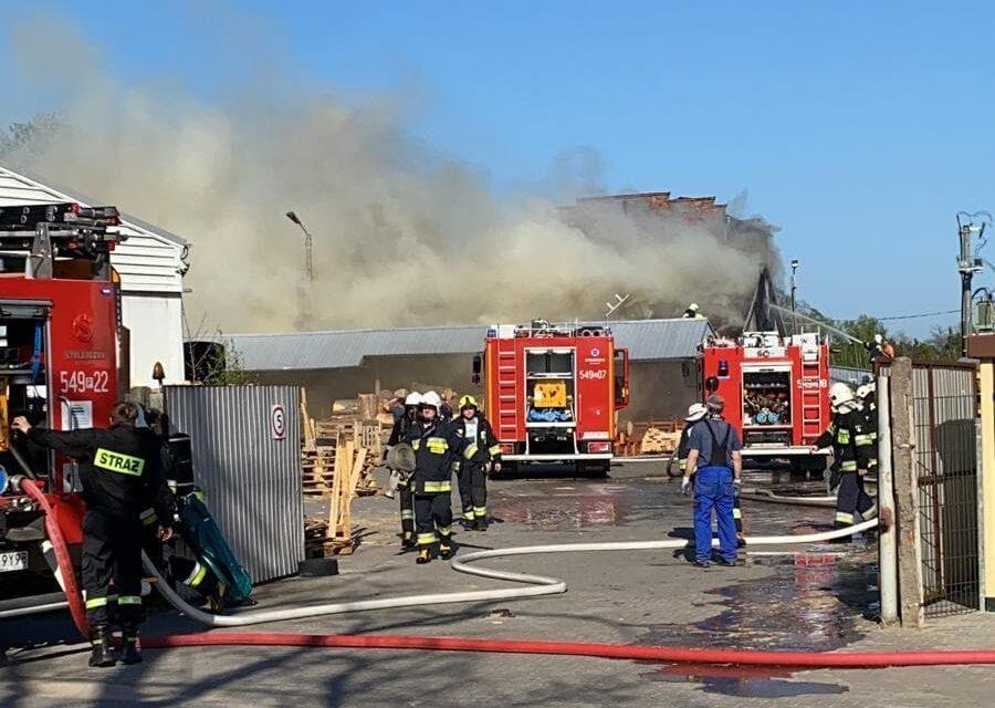 Pożar hali produkcyjnej. W akcji gaśniczej uczestniczy 11 zastępów (AKTUALIZACJA)