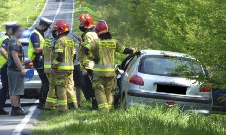 Zderzenie dwóch samochodów osobowych na drodze wojewódzkiej