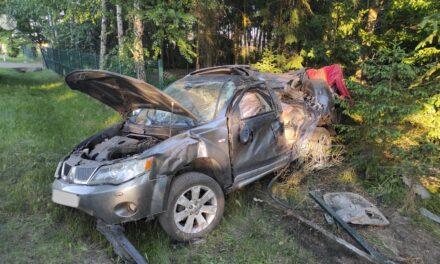 Mikstat Pustkowie: Samochód zniszczony, kierowcy nic się nie stało
