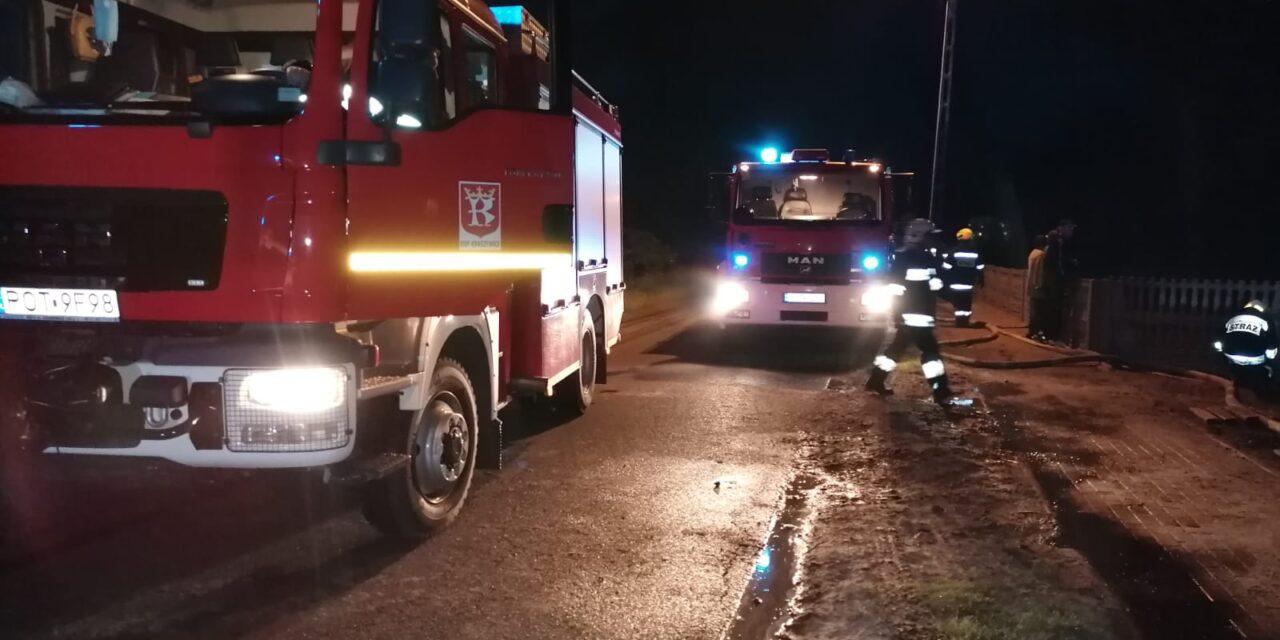 Pożar stodoły w Kraszewicach, w akcji ucierpiał policjant