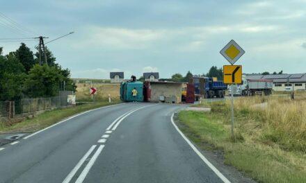 Przewrócony tir blokuje drogę wojewódzką w Rojowie