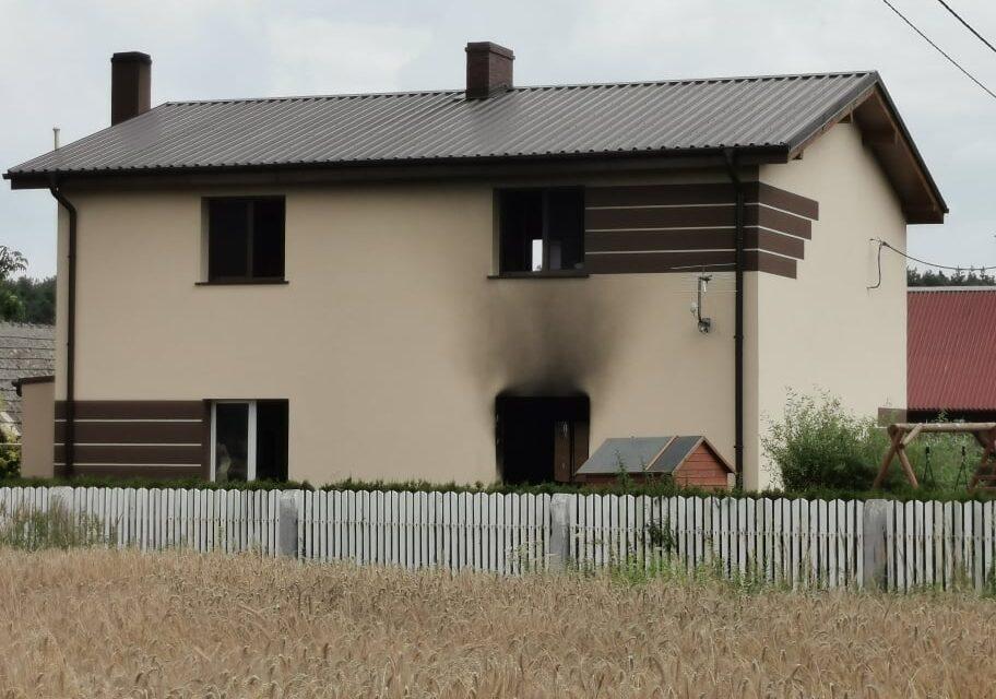 Pożar domu jednorodzinnego w Zalesiu. Jedna osoba poparzona